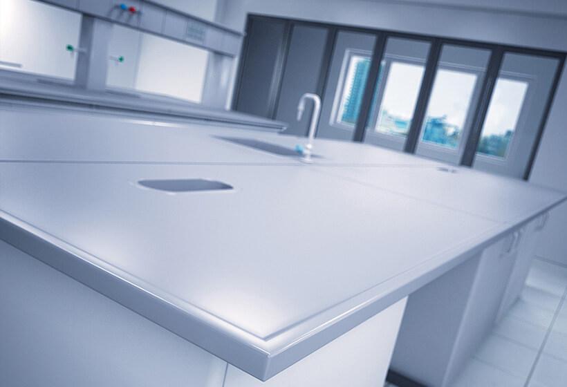 mesa de laboratorio cubierta de cerámica